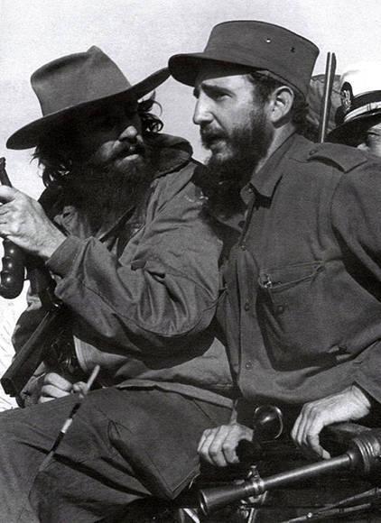 Junto a Camilo Cienfuegos en el jeep ocupado por la columna No. 17 Abel Santamaría que conduce a los héroes por las avenidas capitalinas.
