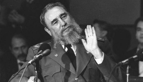 El Presidente Fidel Castro ofrece Conferencia de Prensa, en el Hotel Presidente Chapultepec, durante su visita a México para la toma de posesión del Presidente Carlos Salinas de Gortari. Prensa Latina BN