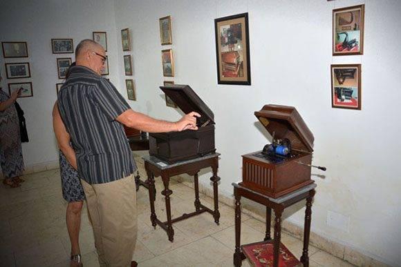 Colección privada del artista y restaurador Jorge Luis Betancourt, como homenaje al 140 aniversario de la invención del fonógrafo. Foto: Juan Pablo Carreras/ ACN