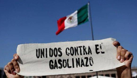 Cada día se unen más organizaciones sociales a las manifestaciones en contra del incremento del precio de la gasolina en México. Foto: Reuters.