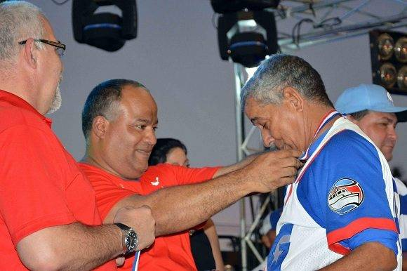 Carlos Martí Santos (D), director del equipo Granma, recibe la medalla de campeón en la LVI Serie Nacional de Béisbol, de manos de Federico Hernández (C), primer secretario del Partido Comunista de Cuba en Granma, en la ciudad de Bayamo, Cuba, el 22 de enero de 2017. ACN FOTO/Armando Ernesto CONTRERAS TAMAYO/ogm