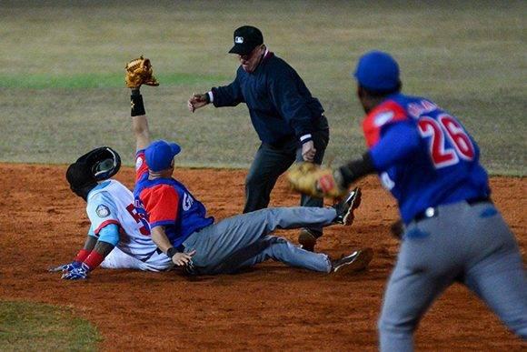 Importantísimo out sacado sobre Julio Pablo Martínez abriendo el principio del décimo innings. Foto: Calixto N. Llanes/ Juventud Rebelde.