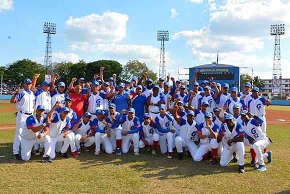 La nómina de Granma que logró la hazaña de ser campeones por primera vez en la historia de ese equipo. Foto: ACN/ Osvaldo Gutiérrez.