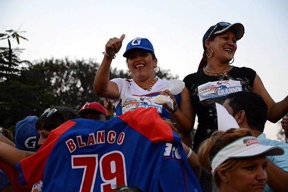 Aficionadas celebran el primer campeonato de Granma con la camiseta de Lázaro Blanco, uno de los héroes. Foto: ACN/ Osvaldo Gutiérrez.