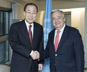 El actual secretario general de la ONU, António Guterres, con su antecesor Ban Ki-moon. Foto: ONU.