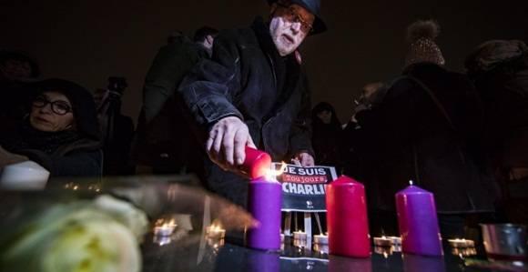 Imagen del homenaje ciudadano en París con motivo del segundo aniversario del ataque yihadista a la sede de la revista satírica 'Charlie Hebdo'. EFE/IAN LANGSDON.