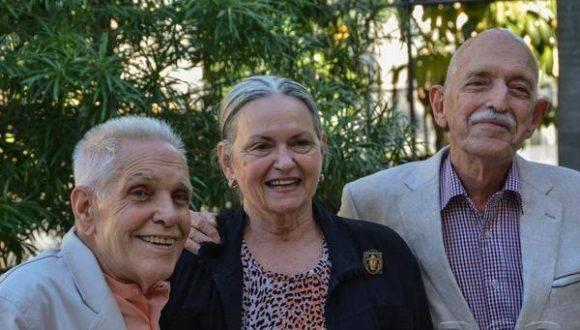 Isabel Rigol (C), junto a los doctores José Linares (I) y Daniel Taboada (D), después de recibir el Premio Nacional de Patrimonio por la Obra de La Vida, en el Museo de Artes Decorativas, en La Habana, el 24 de enero de 2017. ACN FOTO/Marcelino VAZQUEZ HERNANDEZ/
