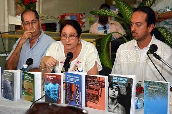 Caridad Tamayo (C), Directora del Fondo Editorial Casa de las Américas, interviene en la jornada de presentación de los libros ganadores del Premio Casa de las Américas correspondiente a 2016, y de las revistas  Casa de las Américas y Conjunto, primera edición del año en curso, en la Librería Dionisio San Román de la ciudad de Cienfuegos, Cuba, el 21 de enero de 2017.     ACN  FOTO/ Modesto GUTIÉRREZ CABO/ rrcc