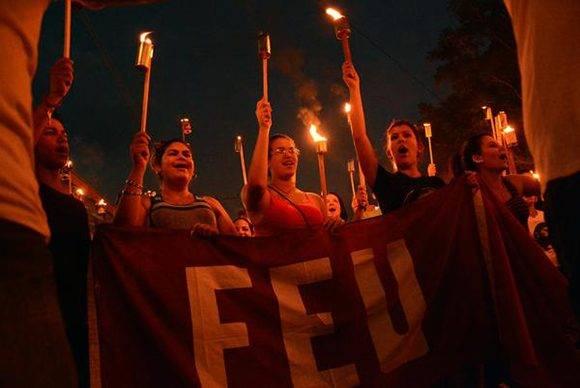 Estudiantes de la Federacion Estudiantil Universitaria (FEU), presentes en la Marcha de las Antorchas por el Aniversario 164 del natalicio de José Martí, y en homenaje al Comandante en Jefe Fidel Castro Ruz, por toda la calle Máximo Gómez de Ciego de Ávila, Cuba, el 27 de enero de 2017. ACN FOTO/ Osvaldo GUTIÉRREZ GÓMEZ/ rrcc