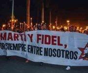 Estudiantes de la Federacion Estudiantil Universitaria (FEU), presentes en la Marcha de las Antorchas, en homenaje al Héroe Nacional José Martí, en el Aniversario 164 de su natalicio, y a su mejor discípulo el Comandante en Jefe Fidel Castro Ruz, Líder Histórico de la Revolución, en Las Tunas, Cuba, el 27 de enero de 2017.   ACN  FOTO/ Yaciel PEÑA DE LA PEÑA/ rrcc