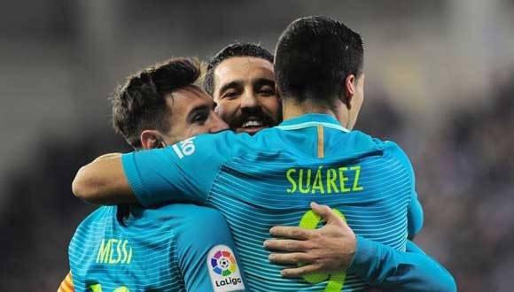 Suárez celebra junto a Messi y Arda el tercer gol del Barcelona. / ANDER GILLENEA (AFP)