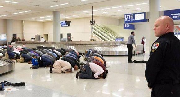 Como la orden ejecutiva tuvo aplicación inmediata, las personas que en ese momento se encontraban volando a EE.UU. desde los países afectados permanecen en un limbo legal. La imagen muestra el aeropuerto de Dallas, Texas. Foto: Reuters.