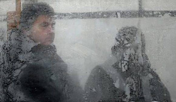 Intensas heladas y tormentas de nieve causaron al menos 25 muertos en Europa central durante el fin de semana, en su mayoría en Polonia, y la temperatura en la región cayó a 30 grados Celsius bajo cero en algunas áreas. En la imagen, un hombre visto a través de la ventana parcialmente congelada de un tranvía cuando las temperaturas han caído a -15 grados Celsius en Sofía, Bulgaria, el 9 de enero de 2017. Foto: Stoyan Nenov/ Reuters.