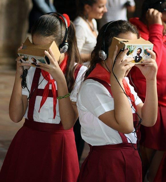 """Dos niñas observan el documental de """"Nuestro Martí"""" con esta novedosa tecnología de Google. Foto: José raúl Concepción/ Cubadebate."""