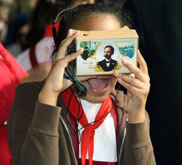 Una niña impresionada con el documental en 3D y 360 grados sobre José Martí con tecnología de Google. Foto: José raúl Concepción/ Cubadebate.