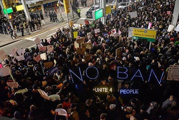 Manifestantes estadounidenses protestan el sábado 28 de enero de 2017 en el aeropuerto de Nueva York JFK por el veto de Trump a la entrada de refugiados. Foto: Stephanie Keith/ AFP.