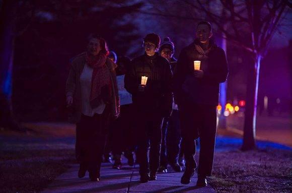 Las protestas continúan en la noche. Decenas de personas participan en una vigilia en Washington. Caminan desde la mezquita en Massachussets Avenue hasta el Observatorio Naval, residencia del vicepresidente Mike Pence. Foto: AFP.