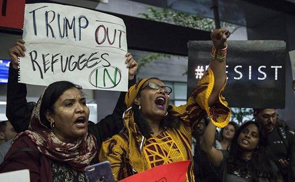 Protestas contra Trump en el aeropuerto de San Francisco, este domingo. Foto: P. Dasilva/ EFE.