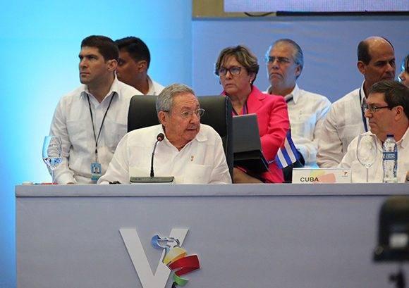 Intervención de Raúl Castro en la V Cumbre de la Celac, a su izquierda el canciller cubano, Bruno Rodríguez. Foto: @PresidenciaRD/ Twitter.