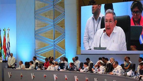 Líderes latinoamericanos escuchan las palabras de Raúl Castro en la V Cumbre de la Celac. Foto: @PresidenciaRD/ Twitter.