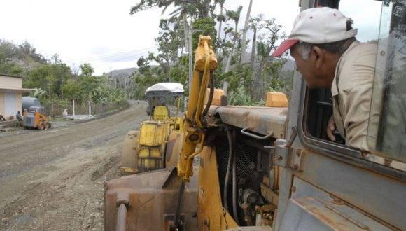 Brigadas de provincias hermanas, como la de Granma, trabajan intensamente en la recuperación de los viales. Foto: Leonel Escalona Furones/ Venceremos.
