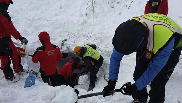 Rescate de sobrevivientes tras avalancha en Italia Foto: ultimasnoticias.com