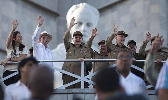 Con la presencia del General de Ejército Raúl Castro, a las 7:00 de la mañana comenzó en la Plaza de la Revolución el Desfile Militar y Marcha del Pueblo Combatiente. Foto: Ladyrene Pérez/ Cubadebate.