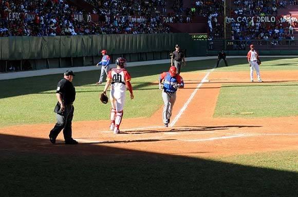 Santos, al momento de anotar la primera carrera del choque. Foto: Katheryn Felipe/Cubadebate.