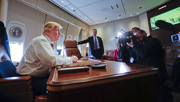 Presidente de Estados Unidos, Donald Trump, abordo del Air Force One. Foto: AP.