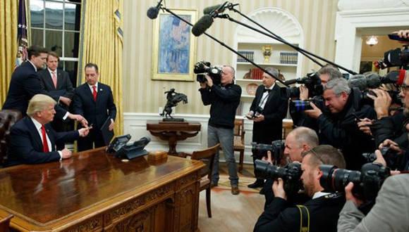 Trump en sus primeros minutos como el titular de la Sala Oval. Foto: AP.