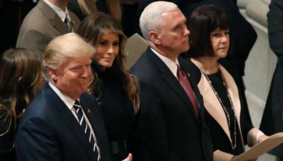 Trump, acompañado de su vicepresidente Pence y las esposas de ambos, este sábado. Foto: AFP.