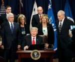 El presidente Donald Trump, el vicepresidente Mike Pence y el secretario de Seguridad Interior, John F. Kelly, entre otros, durante una visita del mandatario a ese departamento, este miércoles. Foto AP.