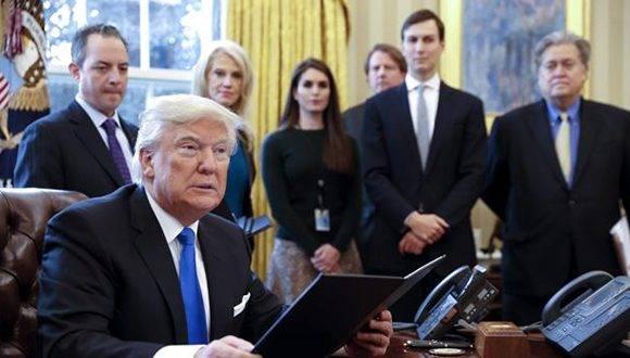 El presidente de EEUU, Donald Trump durante la firma de dos órdenes ejecutivas para resucitar los polémicos proyectos de los oleoductos Keystone XL y Dakota Access. Foto: EFE.