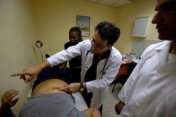 El doctor internacionalista cubano, Omar Fernández, en Venezuela. Foto: Fernando Llano/ AP.