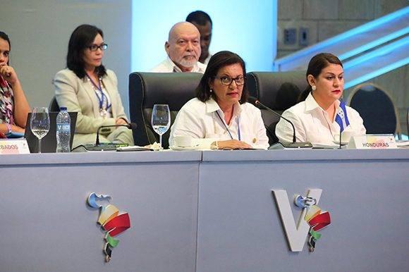 La vicepresidenta de Honduras, María Antonieta de Bográn, interviene en la V Cumbre de la Celac en nombre del presidente Juan Orlando Hernández. Foto: @PresidenciaRD/ Twitter.