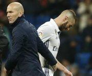 Zidane saluda a Benzema tras sustituirle por Morata. Foto: Chema Rey/ Marca.