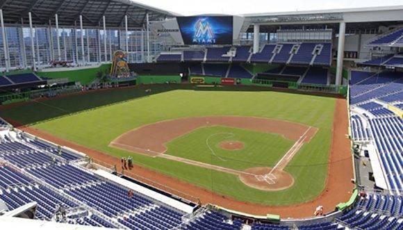 Marlins Park. Este estadio está ubicado en Miami, Estados Unidos. Tiene capacidad para más de 37 mil espectadores y su superficie es Bermuda Grass.