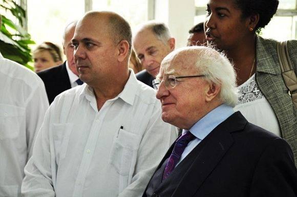 El Presidente de Irlanda y el Ministro de Salud de Cuba, escuchan las explicaciones del Dr. Manuel Romero Pl{aceres, director del IPK. Foto: Roberto Garaicoa Martinez/CUBADEBATE.