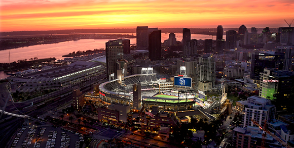 Petco Park. Este estadio está ubicado en San Diego, Estados Unidos. Tiene capacidad para más de 40 mil espectadores y presenta pasto natural.