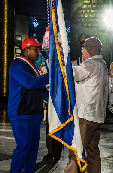 El Dr. Antonio Becalli Garrido (D), Presidente del Instituto Nacional de Deportes, Educación Física y Recreación (INDER), hace entrega a Alfredo Despaigne (I), de la Enseña Nacional que representará al equipo, en el IV Clásico Mundial de Béisbol, en acto realizado en el Memorial José Martí, en La Habana, Cuba, el 16 de febrero de 2017. ACN FOTO/ Abel PADRÓN PADILLA/ rrcc