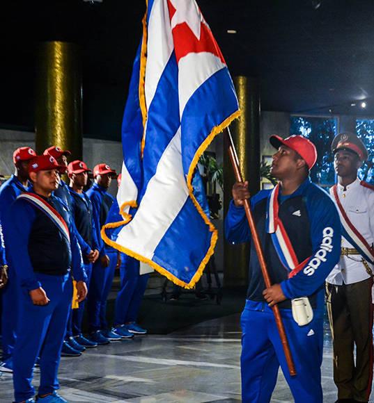 Alfredo Despaigne (D), capitán de la Selección Nacional, recibe la bandera que representará al equipo, en el IV Clásico Mundial de Béisbol, en acto realizado en el Memorial José Martí, en La Habana, Cuba, el 16 de febrero de 2017. ACN FOTO/ Abel PADRÓN PADILLA/ rrcc