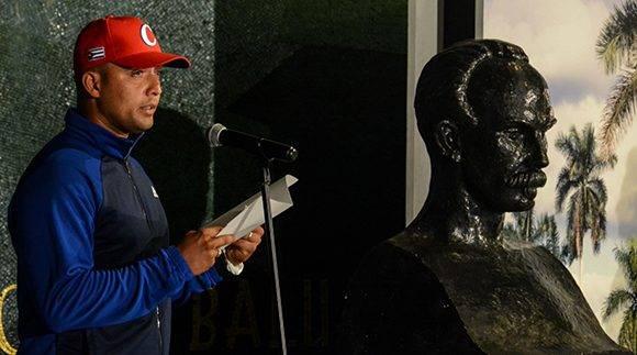El receptor Frank Camilo Morejón, da lectura al compromiso de los peloteros que participarán en el IV Clásico Mundial de Béisbol, en acto realizado en el Memorial José Martí, en La Habana, Cuba, el 16 de febrero de 2017. ACN FOTO/ Abel PADRÓN PADILLA/ rrcc