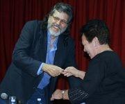El ministro de Cultura, Abel Prieto, felicita a Olaga Marta Pérez, directora de  Ediciones Unión por ganar el Primer Premio en Stand Modular. Foto: José Raúl Concepción/ Cubadebate.