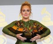 Adele posa con todos los premios ganados en la noche. Foto: Reuters