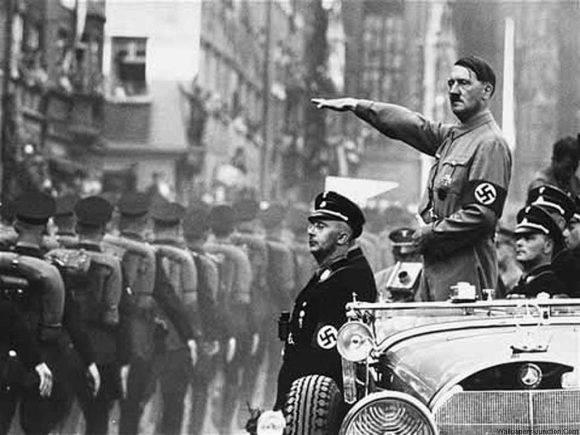 Adolf Hitler en un desfile militar. Foto tomada de wallpapersrage.com.