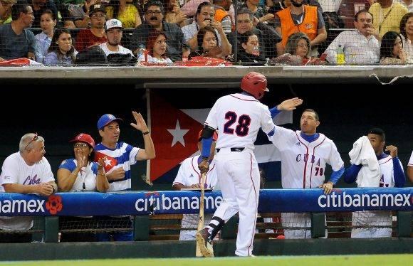 Saavedra volvió a conectar de jonrón.  Foto: Ricardo López Hevia / Granma / Cubadebate