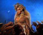 Beyoncé durante su actuación en el espectáculo de los Grammy. Foto: AFP