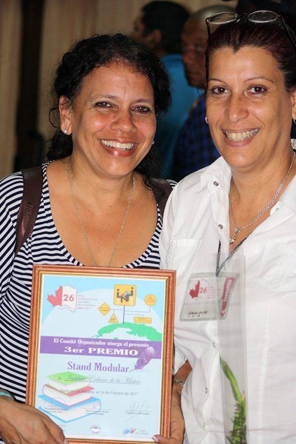 Carmen Rosa Báez y Adys Silva recibieron el Tercer Premio en Stand Modular en representación del Proyecto Cubano de la Música. Foto: José Raúl Concepción/ Cubadebate.