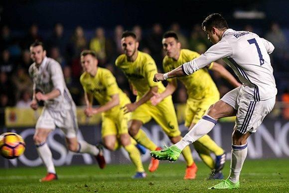 Cristiano marca el empate ante el Villarreal y consigue el récord absoluto de más penaltis anotados en La Liga española. Foto: Biel Alino/ AFP.