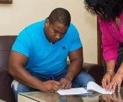 El slugger cubano Alfredo Despaigne Rodríguez , durante la firma de un nuevo contrato con el club Fukuoka SoftBank Hawks, de la Liga Japonesa de Béisbol. Foto: Marcelino Vázquez Hernández/ ACN